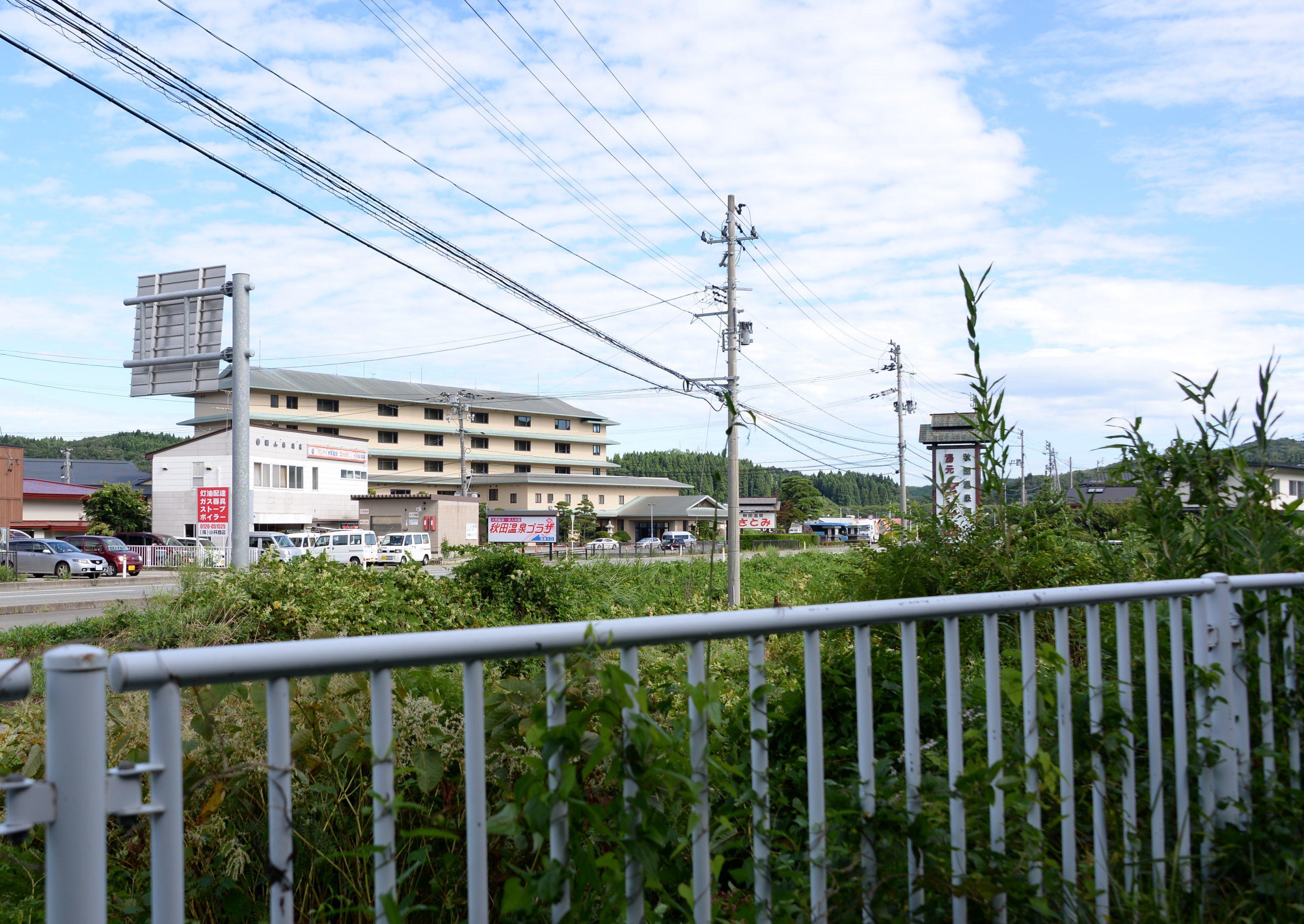 ⇑ 自転車道から見る秋田温泉方向。実質的に私私の自転車道はここから始まる。
