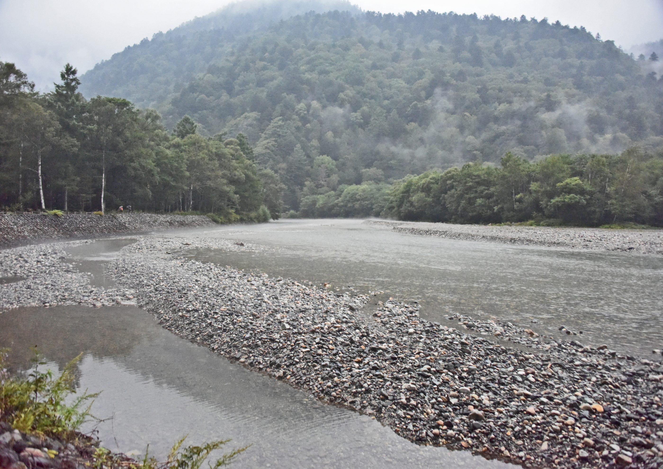 ⇑ 雨がふる前の梓川は綺麗な水。翌日は濁流だった。