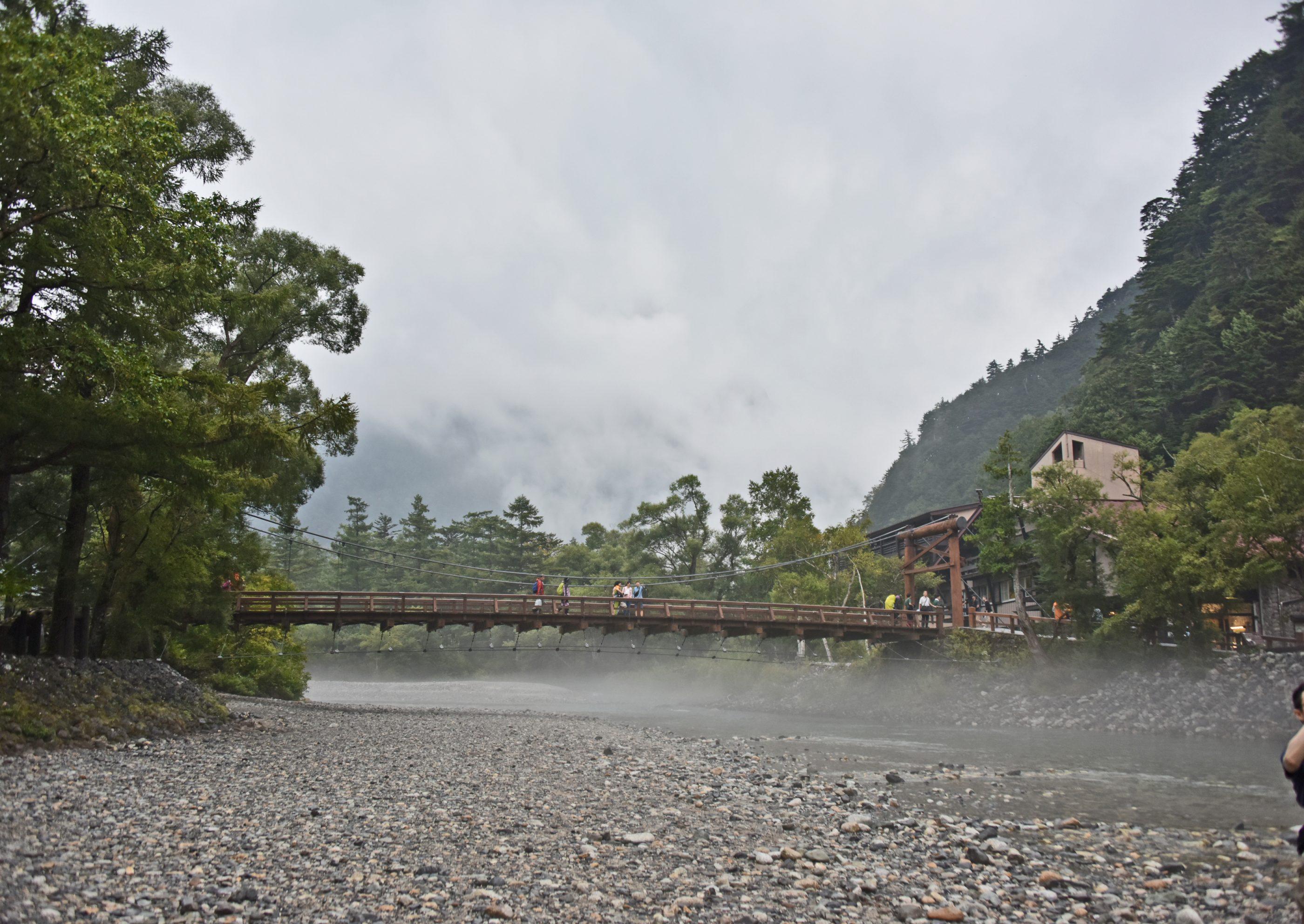 ⇑ 河原におりてみる河童橋。橋の下にも雲が、間もなく雨。