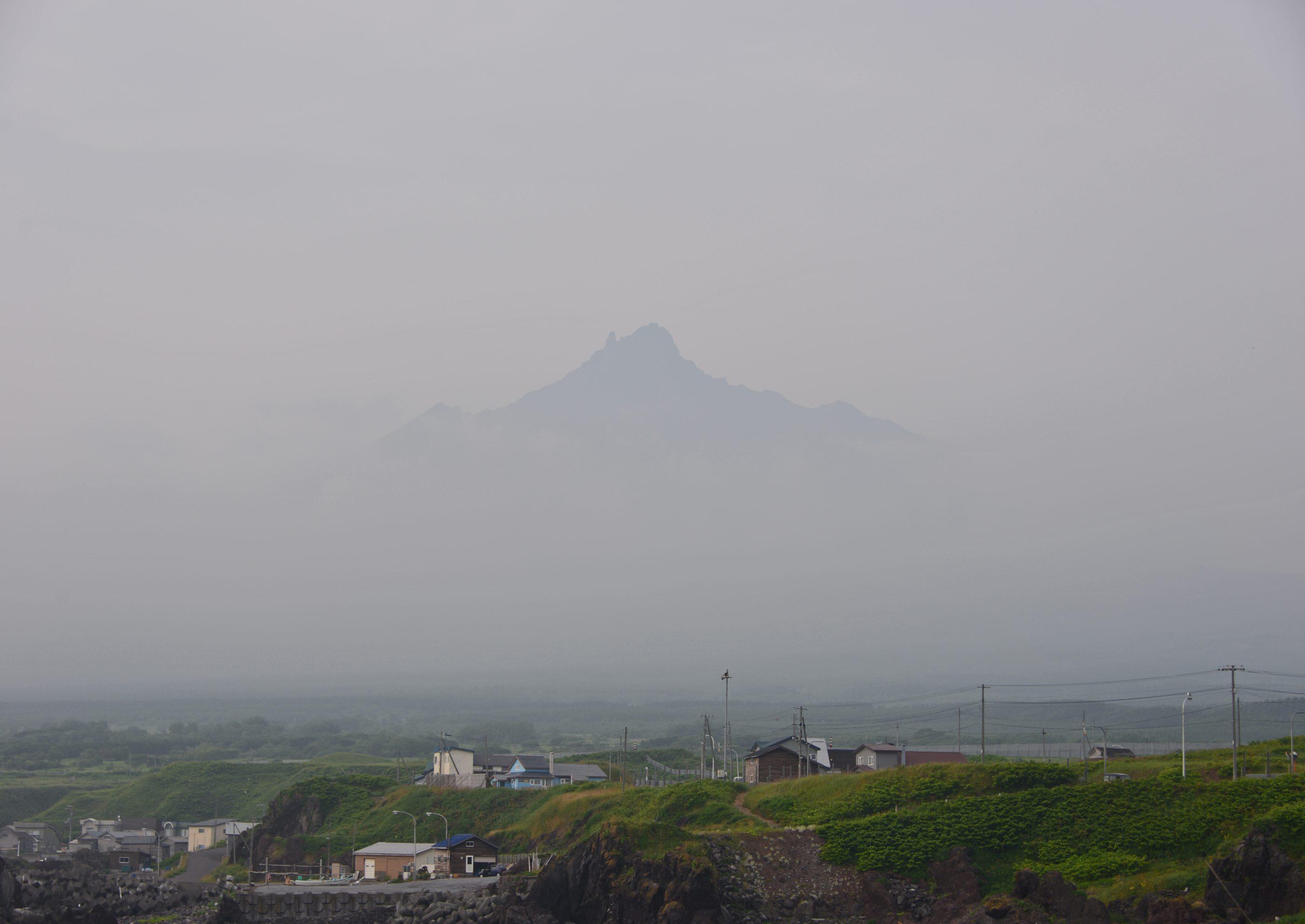 ⇑ この日は一日中利尻山が見えなかったが帰り際、霧が晴れ神秘的な姿を現わした。
