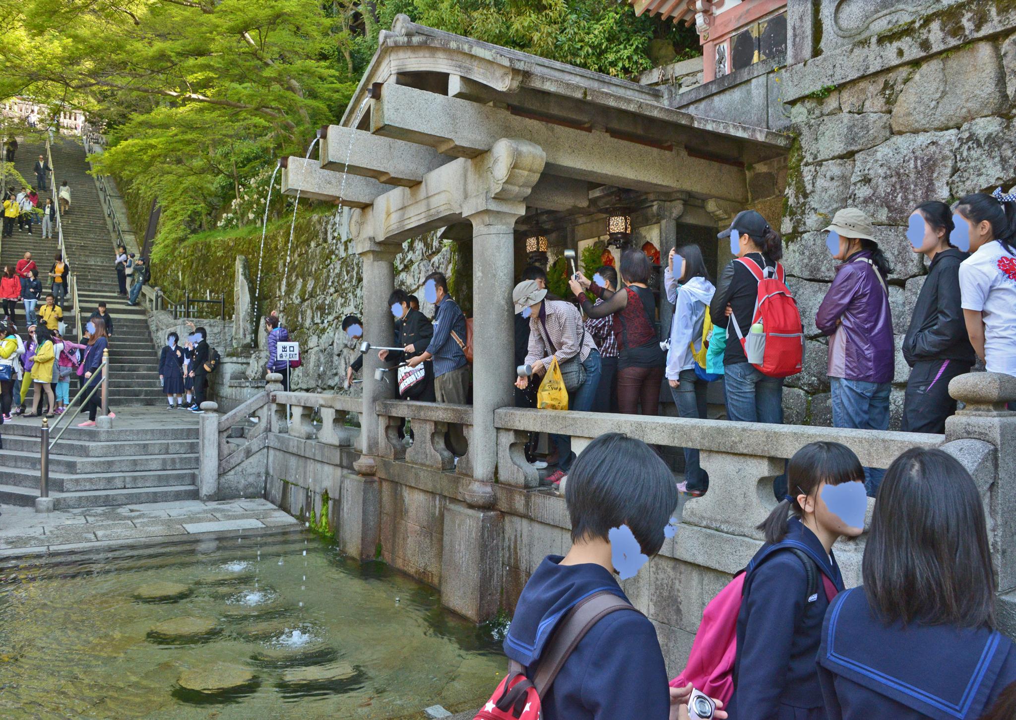 ⇑ 清水寺 定かでないがこの水が寺の名前の基かも?