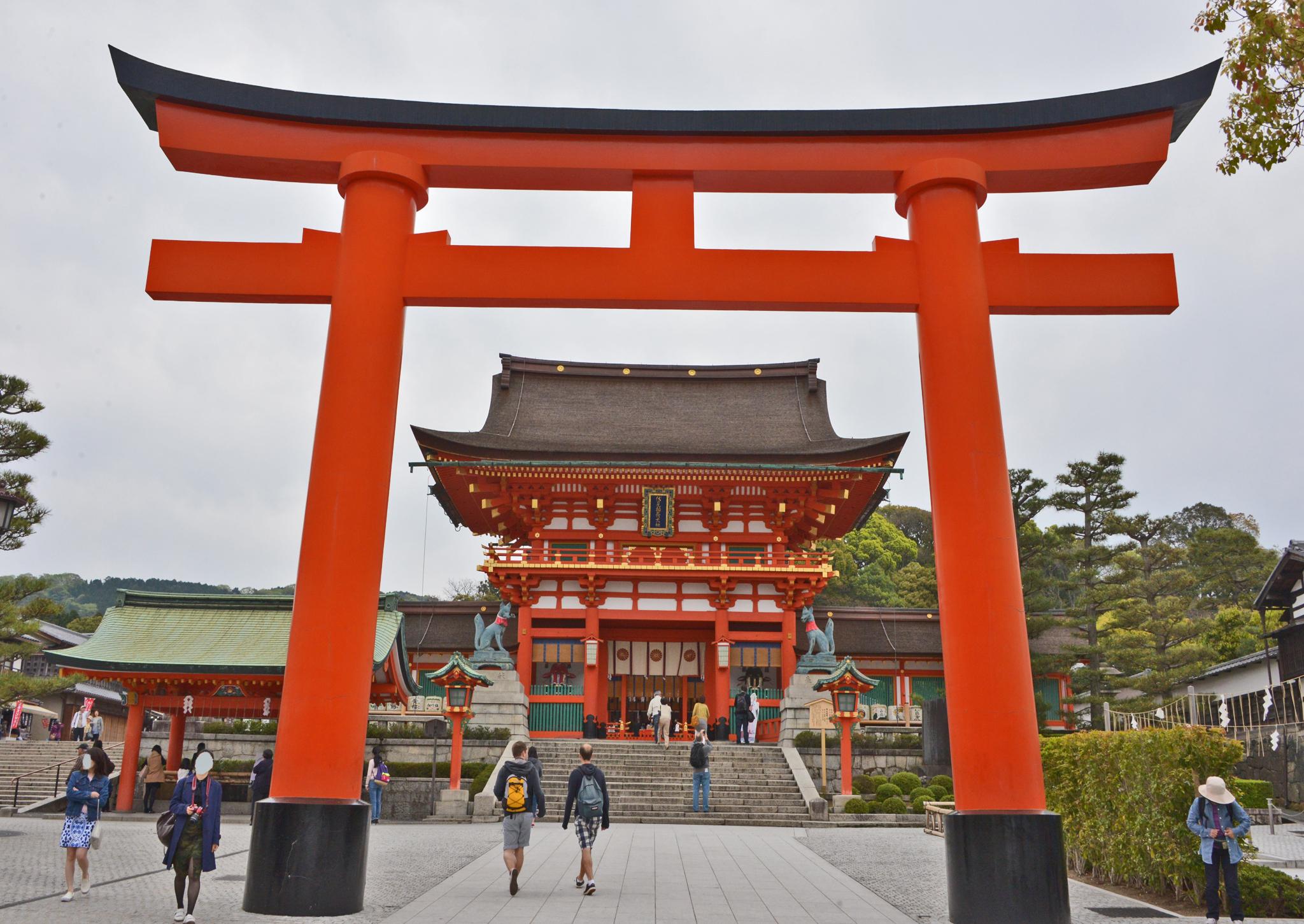 ⇑ 伏見稲荷神社 今一番の人気スポット 特に中国系は赤と金色が好きのようだ
