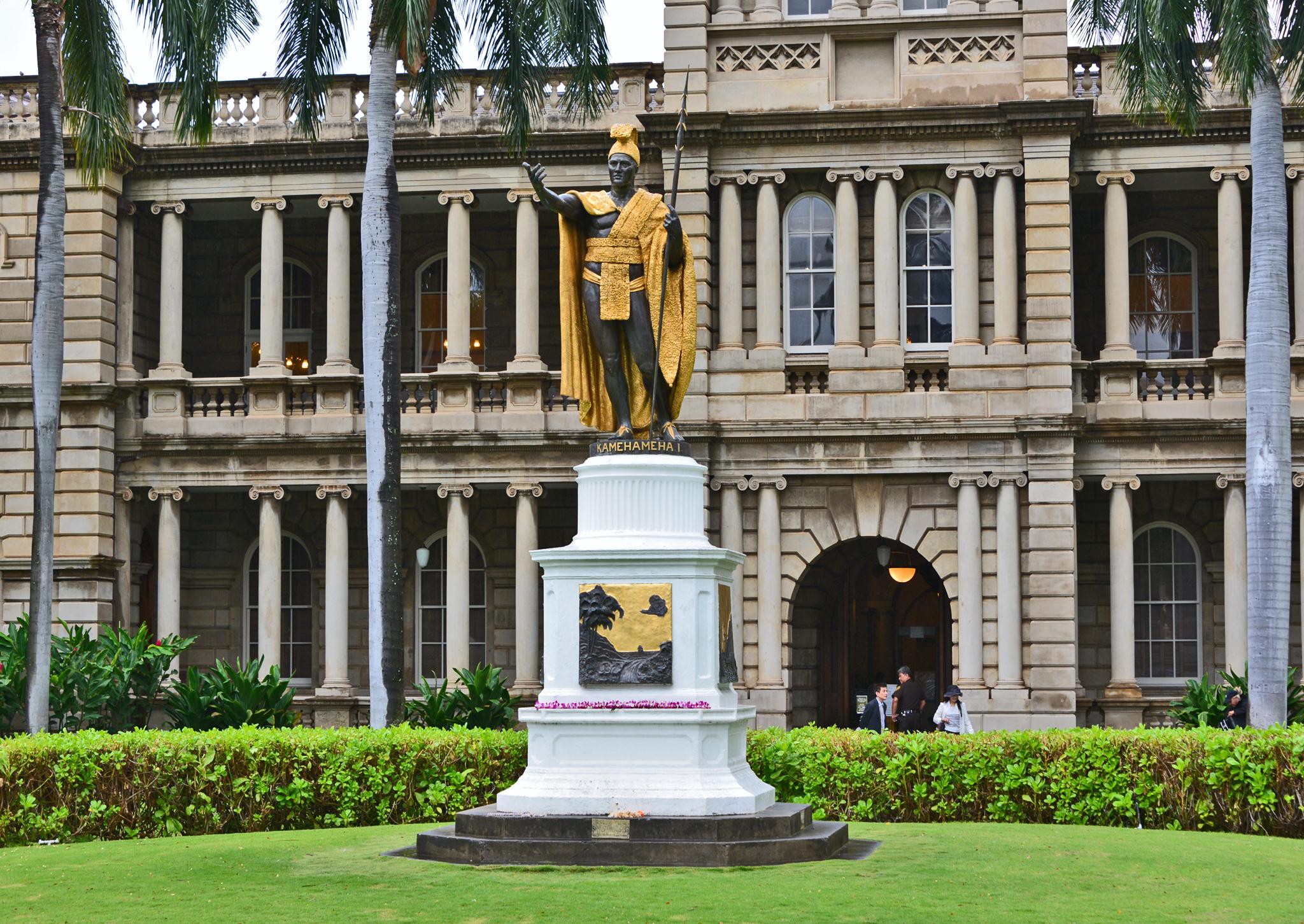 ⇑ ダウンタウンのハワイ州最高裁判所前、カメハメハ大王像