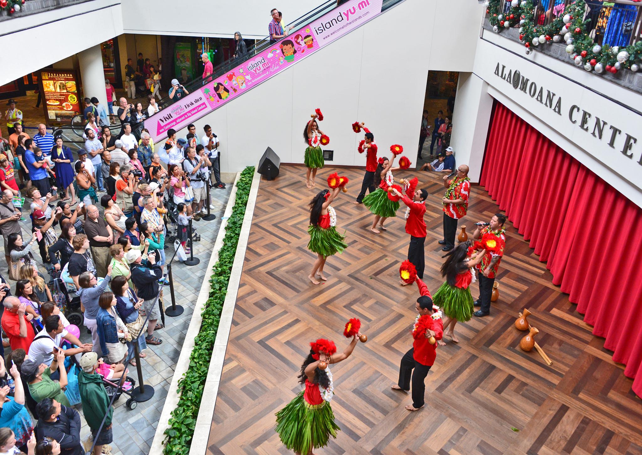 ⇑ そう言えばフラダンス見てないな~と思ったらハワイ最大のアラモアナショッピングセンターでやっていた